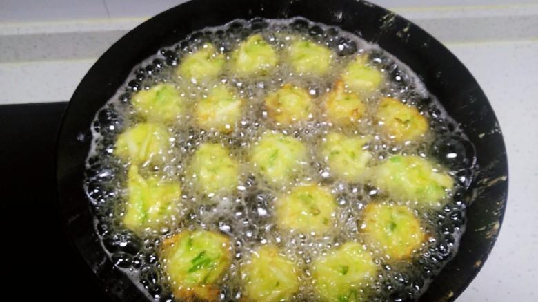白萝卜、鸡蛋、面包糠丸子,油温5层热,团成丸子放入锅中。
