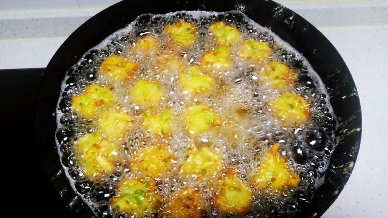 白萝卜、鸡蛋、面包糠丸子,炸制金黄