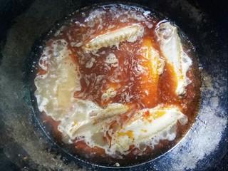 板栗啤酒鸭翅    #立冬美食#,放入鸭翅大火烧制。
