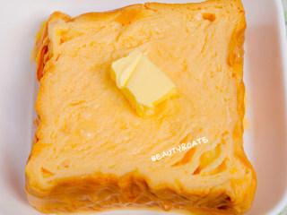 泡过牛奶浴的吐司,在我心中排名第一!!!,取出浸泡一夜的厚吐司,在表面放上黄油
