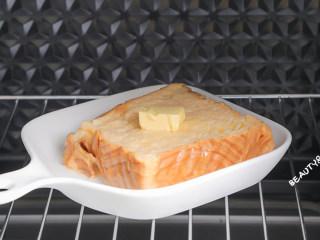 泡过牛奶浴的吐司,在我心中排名第一!!!,放入提前预热好的烤箱,200度烤20分钟。(如果担心上色过重,可以盖上锡纸再烤哦~)