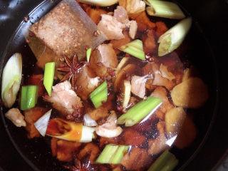萝卜牛腩煲,加入1000ml水。盖盖儿选择牛筋的档位,高压锅开始工作。