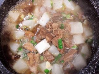 萝卜牛腩煲,再加入适量的牛腩汤,刚好莫到食物即可。