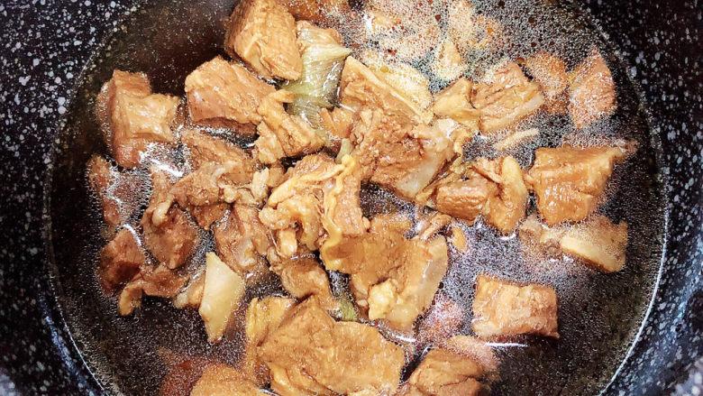 萝卜牛腩煲,选择一口砂锅,开火加热,倒入煮好的牛腩。