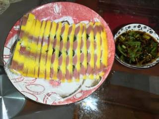 松花蛋火腿鸡蛋蒸糕(抖音同款),最后,准备个蘸料就可以开吃了,蘸料配方在小贴士里。