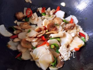 杏鲍菇炒肉片,翻炒片刻