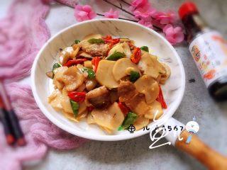杏鲍菇炒肉片,装盘食用