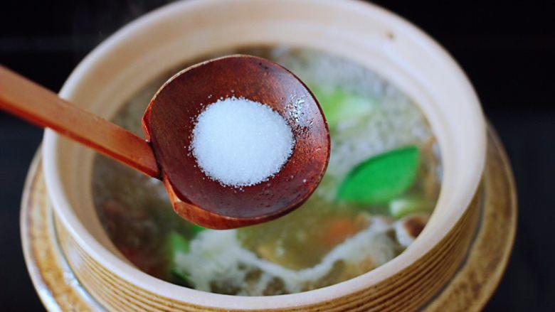 萝卜牛腩煲,这个时候锅中加入适量的盐调味。