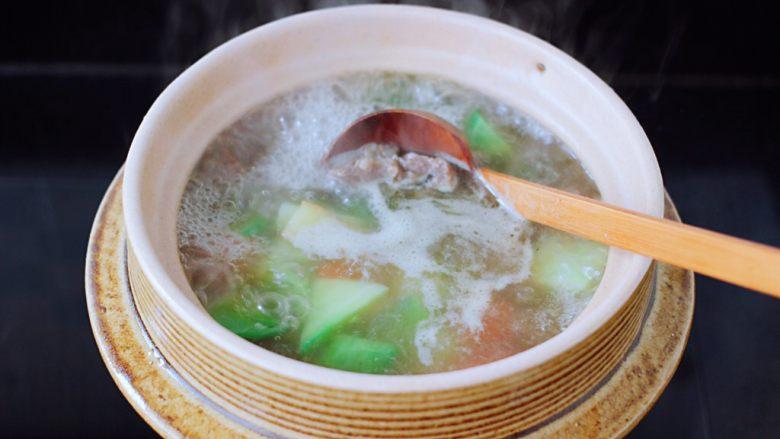 萝卜牛腩煲,继续中火煮沸后,小火再煮10分钟。