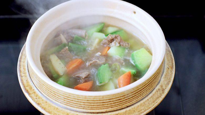 萝卜牛腩煲,大火煮沸即可关火,撒上香菜段即可。