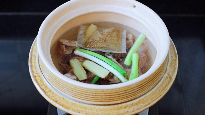 萝卜牛腩煲,再放入葱段和姜片,放入炖牛肉调料。