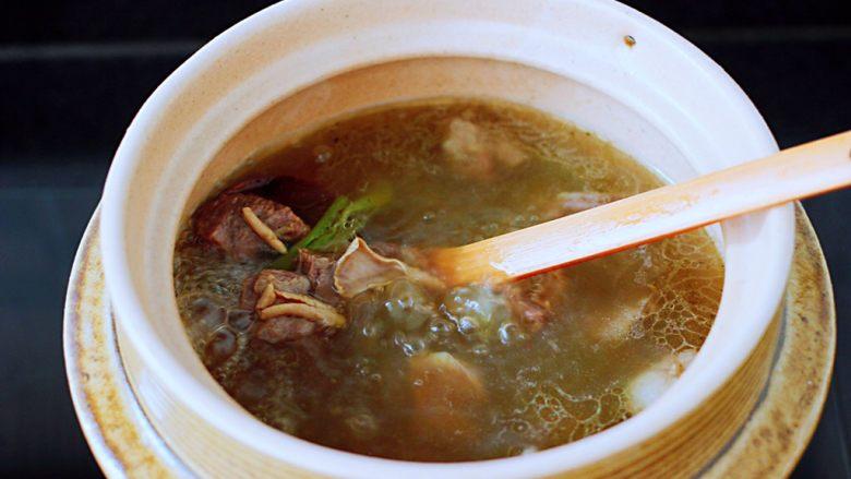 萝卜牛腩煲,打开锅盖,看见锅中汤汁浓稠时。