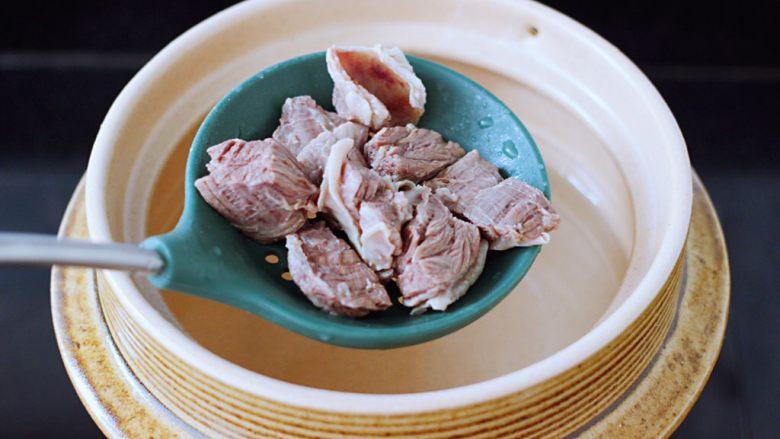 萝卜牛腩煲,土锅里倒入适量的清水,放入焯过水的牛腩。