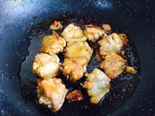 双椒炒鸡翅,大火翻炒均匀