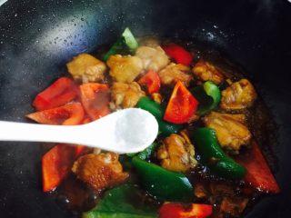 双椒炒鸡翅,加入少许味精进行调味