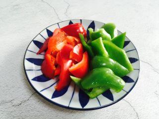 双椒炒鸡翅,青椒、红椒洗净切小块
