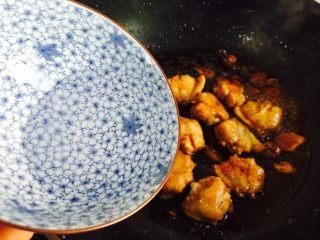 双椒炒鸡翅,加入适量的热水翻炒至熟