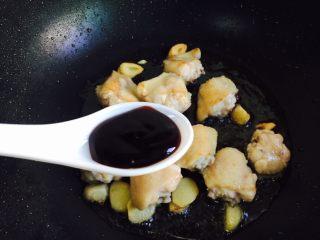 双椒炒鸡翅,烹入一勺蚝油
