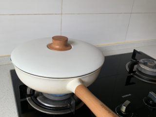 萝卜牛腩煲,大火煮开后转中火焖煮30分钟