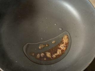 萝卜牛腩煲,热锅凉油,放几颗冰糖炒一下糖色