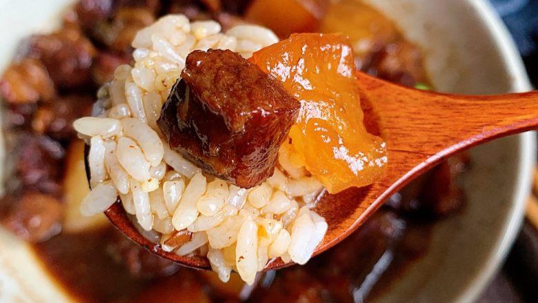 萝卜牛腩煲,汤汁拌米饭真的超赞!
