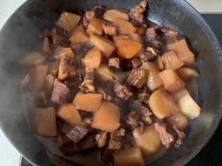 萝卜牛腩煲,继续慢炖四五十分钟,至萝卜软烂入味