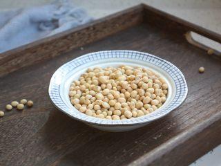 黄豆烧猪手,提前准备好黄豆,将黄豆清洗干净。