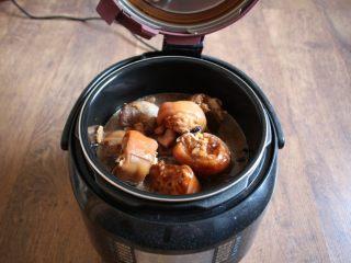 黄豆烧猪手,将焯过水的猪手放入电压力锅的内胆里,将卤汁倒入电压力锅的内胆里,放入5粒冰糖,卤汁量不足可倒入适量的开水,卤汁的量稍稍低于猪手的量即可。