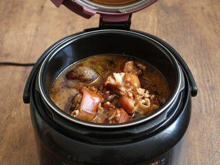 黄豆烧猪手,这是用电压力锅压制后的猪手,猪手已经熟了。  用电压力锅炖猪手的时间是在35~40分钟之间。 如果炖整个的猪手,炖煮时间再多些。