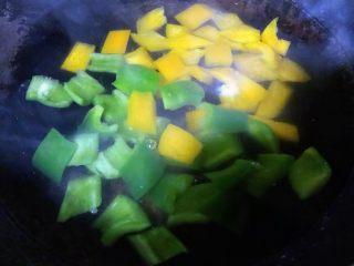 彩椒辣酱炒花螺,锅中烧开水放入青、黄椒焯水断生
