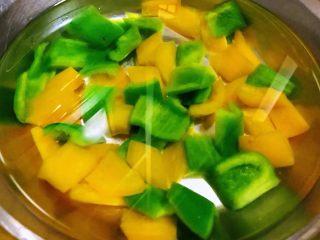 彩椒辣酱炒花螺,焯好水的青、黄椒立即放入冷水中过凉后控干水分备用