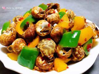 彩椒辣酱炒花螺,美味诱人的彩椒辣酱炒花螺装入容器中