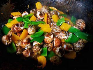 彩椒辣酱炒花螺,最后放入盐调味均匀即可出锅享用