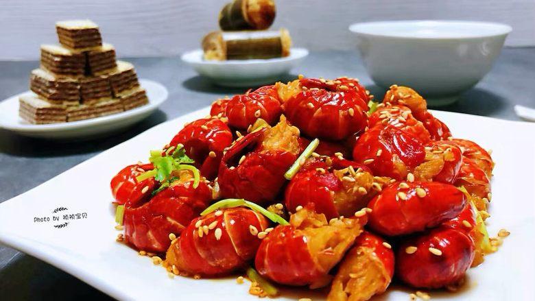 蒜蓉辣椒酱炒龙虾尾,小龙虾也是追剧的最佳零食