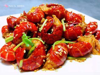 蒜蓉辣椒酱炒龙虾尾,炒好的蒜蓉辣椒酱小龙虾装入盘中