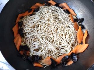 排骨豆角焖面,将面条均匀地撒到菜上,将木耳和胡萝卜围在面周围。焖面过程中尽量少打开锅盖,开锅盖就放出了蒸汽,如果想开锅盖拌一下动作要快。最好是透明锅盖,可以观察锅内汤汁多少,以防止干锅。
