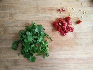 蒜泥蒸茄子,<a style='color:red;display:inline-block;' href='/shicai/ 131/'>香菜</a>,干辣椒(鲜小米辣)洗净切小段备用。