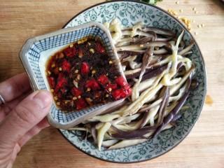 蒜泥蒸茄子,在撕好的茄子丝上浇上调好的凉拌汁。