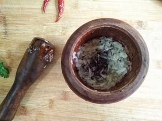 蒜泥蒸茄子,蒜去蒂,放入蒜臼中捣成蒜泥。