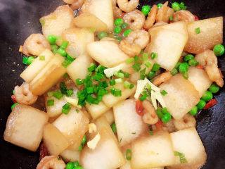 冬瓜炒虾仁,收汁儿,撒上葱花,翻炒均匀。