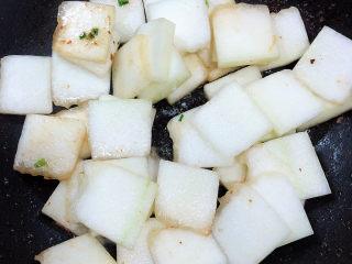 冬瓜炒虾仁,将冬瓜倒入锅中,翻炒均匀。