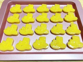 咸蛋黄饼干,饼干表层刷上一层蛋黄液。