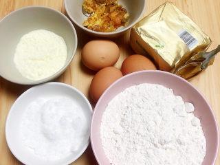咸蛋黄饼干,准备好食材。低筋面粉、蛋黄、奶粉、黄油、白砂糖、咸蛋黄。