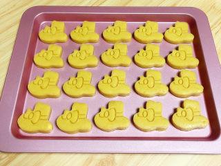 咸蛋黄饼干,将饼干逐一摆放在烤盘中。预热烤箱,180度预热10分钟。