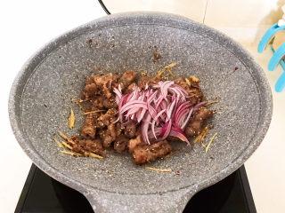 香辣肥牛,加入紫皮圆葱丝