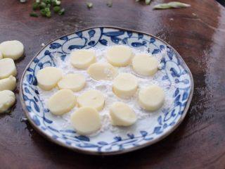 蔓越莓烩日式豆腐,把切片的豆腐放到淀粉里裹一层薄薄的淀粉。