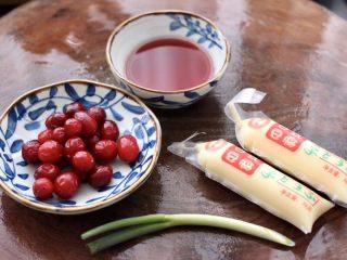 蔓越莓烩日式豆腐,首先备齐所有的食材。