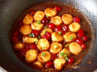 蔓越莓烩日式豆腐,撒上葱花即可关火,酸酸甜甜好味道。