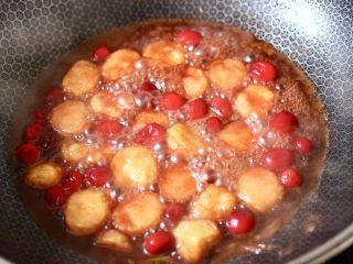 蔓越莓烩日式豆腐,大火慢慢进行收汁,看见锅中汤汁变得越来越浓稠时。