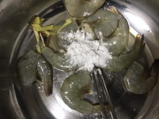 避风塘大虾,一勺淀粉抓匀腌制15分钟